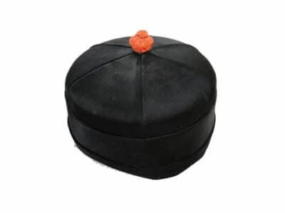 Kinesisk skullcap med amulet, i sort silke